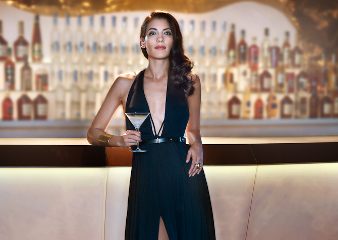 Så er der... serveret. Mine herrer: Stephanie Sigman og en martini-cocktail