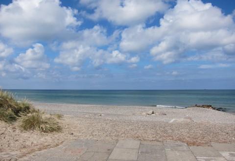Sol, strand, sand og vand. Og lidt skyer.