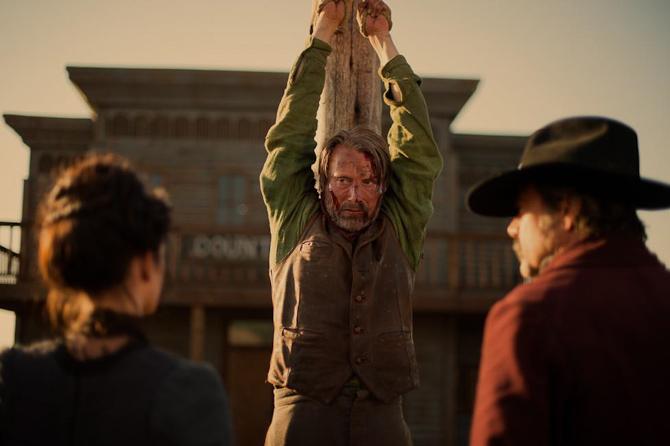 En ophængt Mads Mikkelsen i en scene fra The Salvation. Foto: Joe Alblas