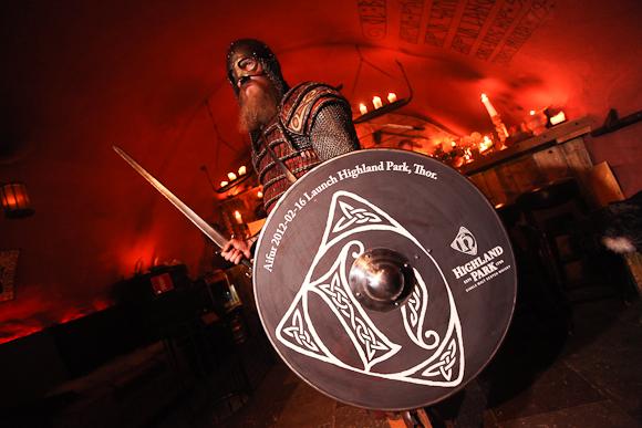En viking med et ikke helt autentisk skjold. Det hele hænger dog sammen.