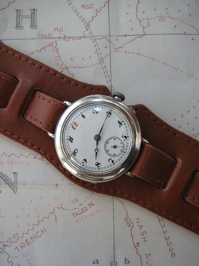 Nu er uret nænsomt renset og justeret. Og det er blevet udstyret med en replica af den oprindelige læderrem.