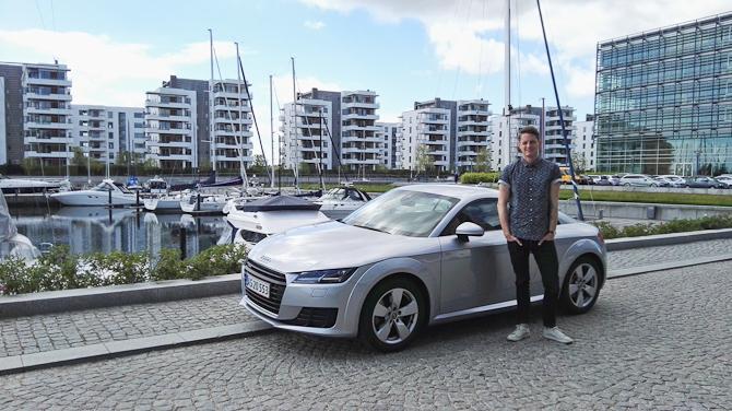 En glad, flot, høj mand samt en Audi TT. Manden er i øvrigt Kasper fra The Cloakroom