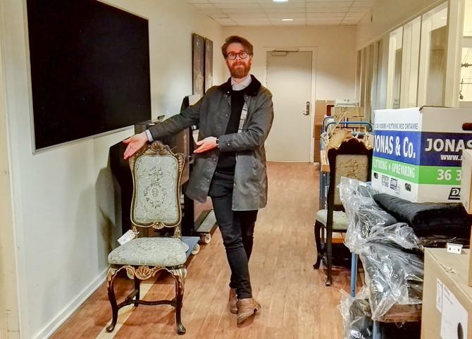 En flot Anders med en ditto stol