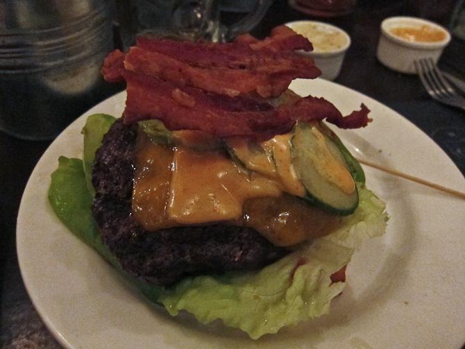 Af med hatten. Og nå ja - jeg fik vist også bestilt bacon til min burger...