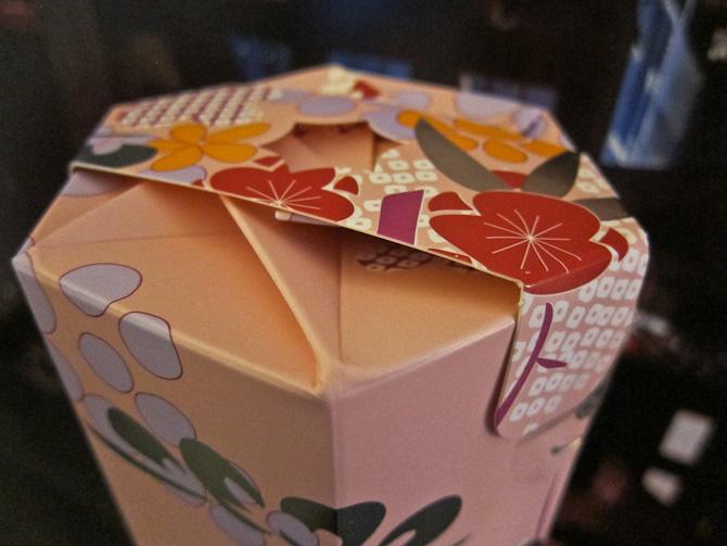 """Selvom jeg ikke har """"åbnet"""" en kimono, så skulle åbningen af æsken foregå efter samme princip. Hai!"""