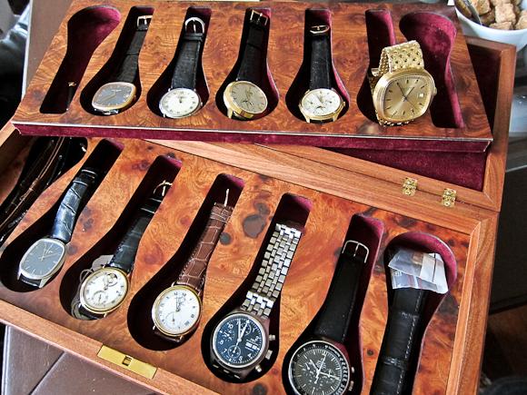 """En kasse med interessante ure af ældre dato og fra fantastiske """"huse""""."""