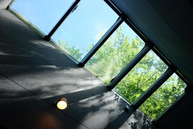 I køkken-alrummet finder man også glastag, som ikke blot giver lys, men også indtrykket af mere rummelighed