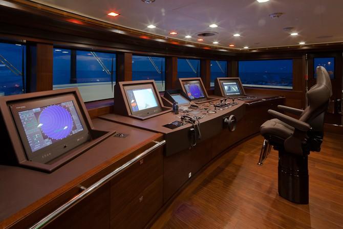 J'Ade har i øvrigt en cruise-hasatighed på 14 knob, som bliver leveret af to MTU motorer