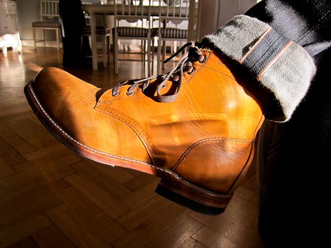 Wolverine støvlerne er blevet gået til og den flittige brug har sat sit fine præg på læderet.