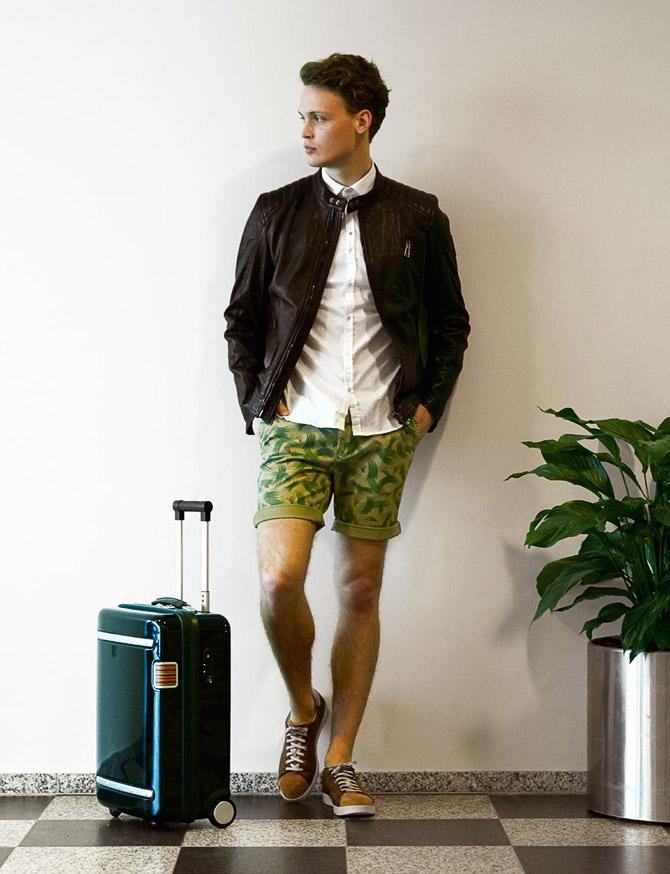 Sko: Paul Sm ith 1600,- Shorts: NN '07 800,- Skjorte: Aglini 1500,- Skindj akke: Belstaff 9000,- Trolley: Paul Sm ith 5300,-