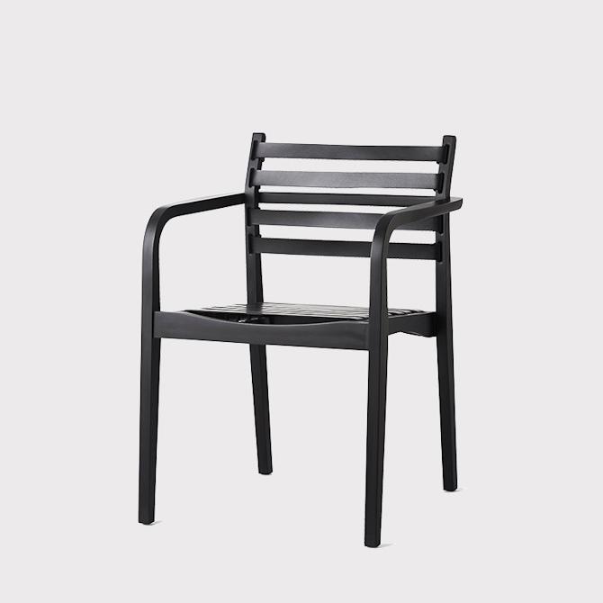 """Belt Chair med en siddehøjde på 44 centimeter. Og """"bælterne"""" er af sort læder"""
