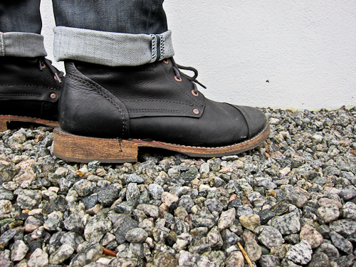 Sorte støvler til en himmel med næsten samme farve. Og et opsmøg i øvrigt.