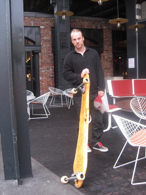 Cool, fokuseret og nede på jorden. En rar mand med sit longboard.