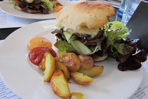 Så er der frokost - og B-Burger. Godt kød, men lidt ordinære kartofler. De kunne godt boppes op.