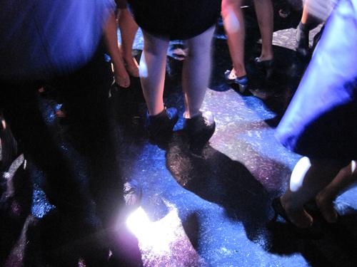 Dansegulv, ben og tjuhej.