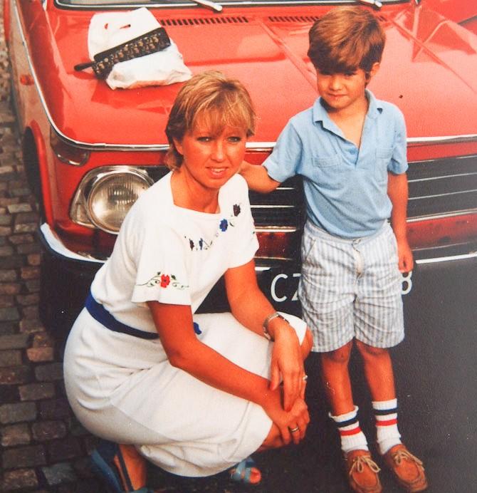 Min mor, hendes søn og en bil, som spiller en rolle for denne historie...