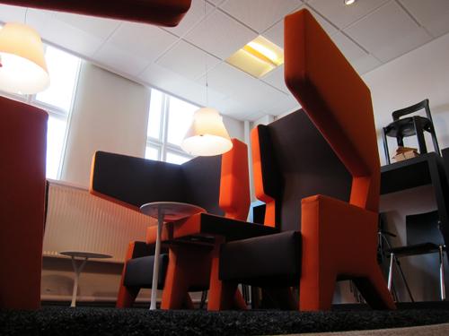 Hvem sagde at et møde skal foregå i et aflukket, kedeligt rum? Ear Chairs har store øreklapper, som giver privatrum. Og så er jeg i øvrigt tosset med det design.