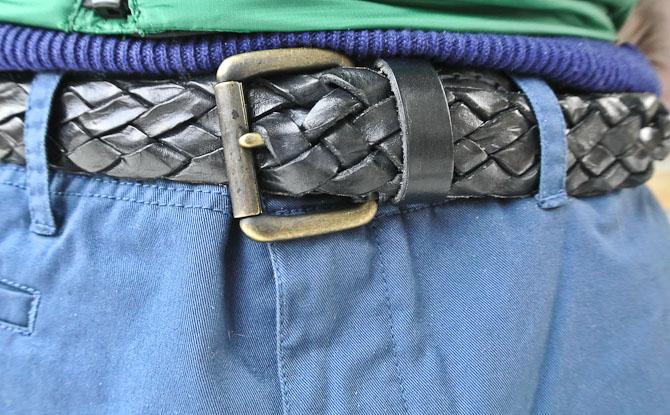 Hvor flette næbbet, når man kan flette et bælte? Bælte fra NN.07 og chinos fra Suit.