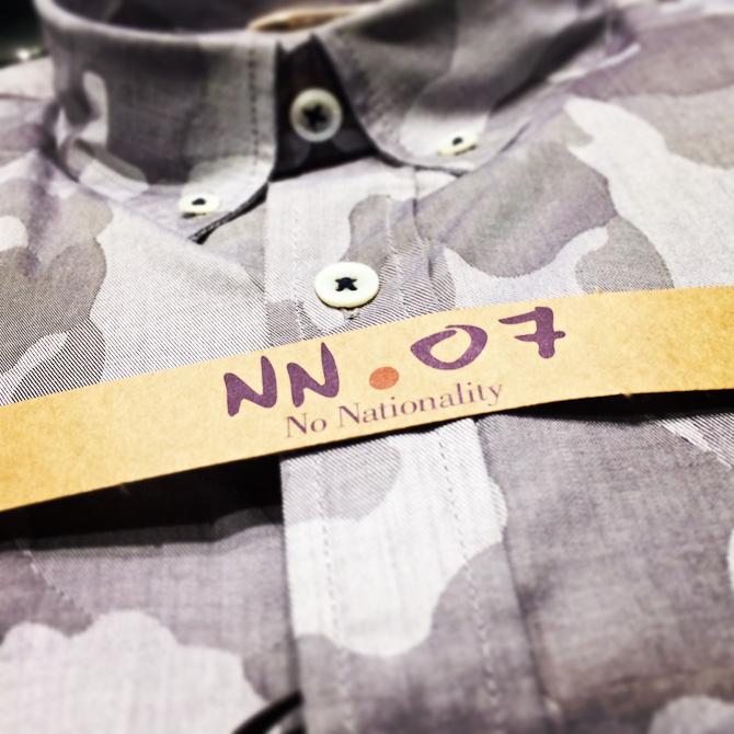 Skjorte med gråt camoprint fra NN.07