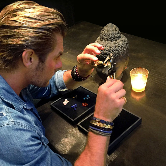 Her sidder jeg og analyserer nogle nye sten, vi har fået hjem. Det er Matte tigereye som er en ny super fed og maskulin sten vi starter med i den kollektion, som kommer om 2 uger:-)