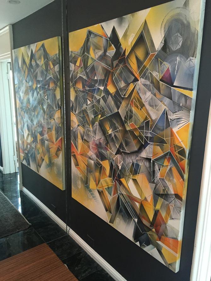 For to uger siden var jeg på ustilling på et af de bedste gallerier i LA, (det ligger dog i Venice ude ved stranden.) Og hedder C.A.V.E. Her udstillede den Danske Morten Andersen, og jeg købte dette her maleri, som de lige har været hjemme og hænge op i mit hus. Jeg synes, det ser fedt ud ved spejlet, hvor det reflekterer.