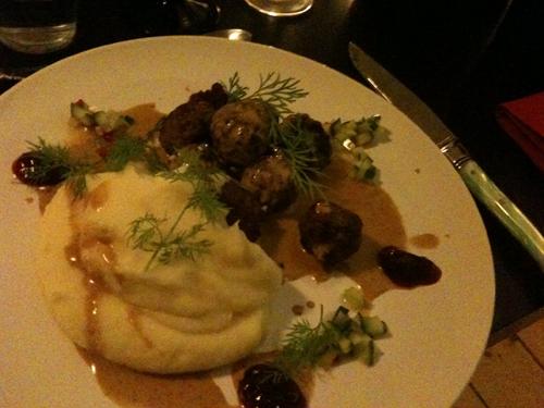 Tak til Kalle for mad, som bestod af köttbullar, kartoffelmos, agurkesalat, brun sovs, lingonsylt og lidt grønt hist og her.