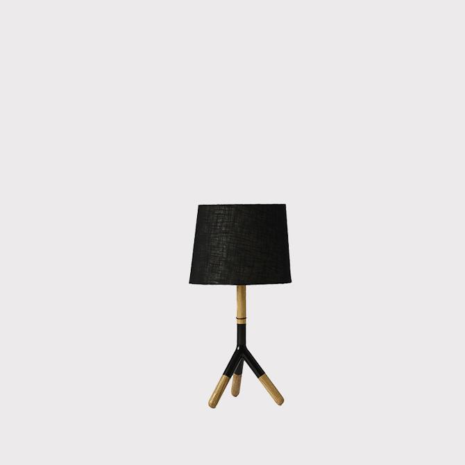 Lathe lampen er lavet til dit bord - og af eg. Derefter er der skabt en fin alu-detalje. Højde: 64 cm. Diameter: 34 cm