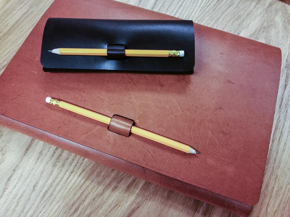 Penalhus? Eller laptop sleeve? Måske begge dele. Og der findes også en mellemting.