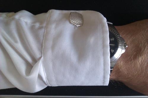 Enkel, hvid skjortemanchet samt materiale og farvematch på knap og ur - lige som det skal være.