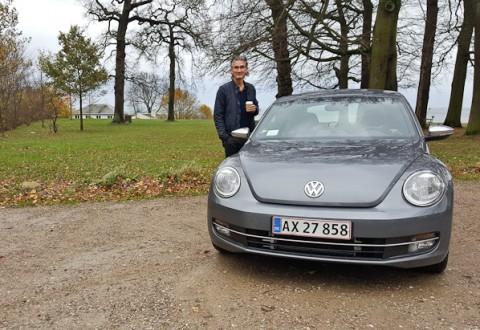En mand, en bil og en fin parkeringsplads. Hvor vi befinder os, kan du blive klogere på i dagens video...