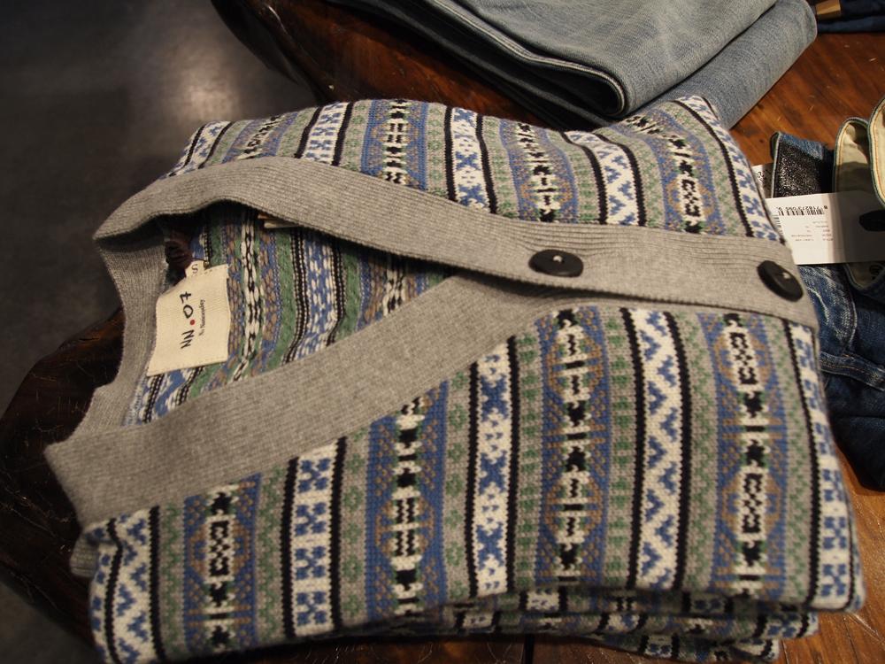 Skal det være hyggeligt, skal det være NN.07 - topfræk strikcardigan til 1.300 kroner - smid Levi's skjorten eller en T-shirt under.