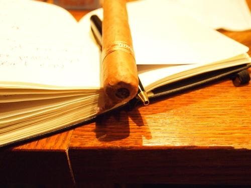 Noter og cigar - en sen time i cigarloungen. Læs videre, og bliv klogere.