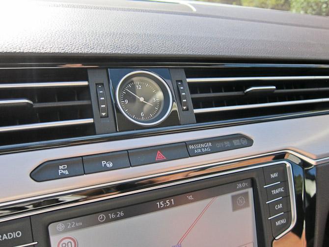 At man har valgt også at udruste bilen med et analogt ur kunne godt have en relation til premium...