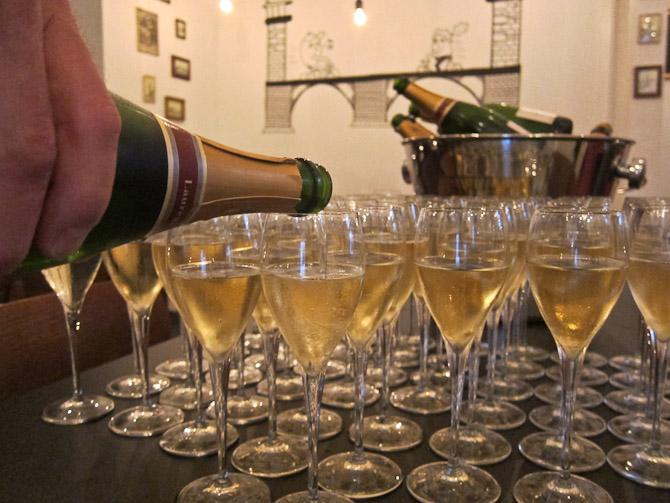 Her hælder vi champagne i glas. Det var sjovt.