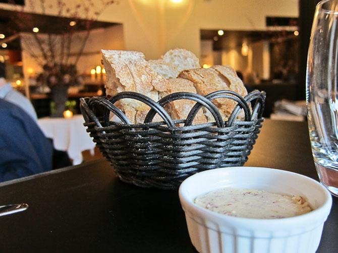 Brød bagerst og smørelse i front