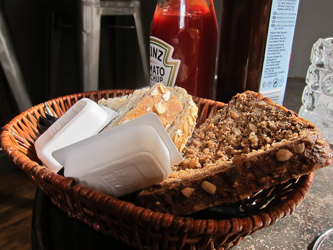 Brødkurv og kesser.