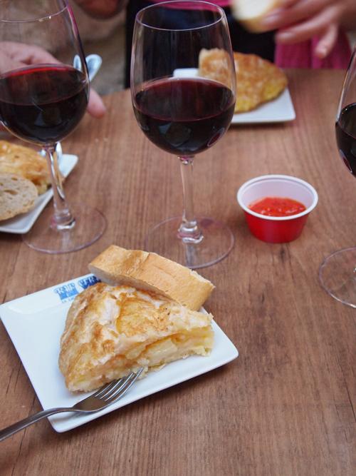 Den første ret - kartoffel tortilla med dertilhørende stærk chili.