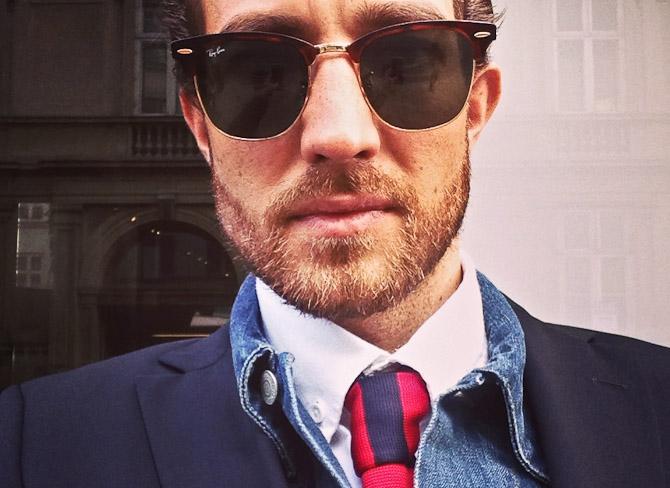 En blanding af langt skæg, slips, denim og blazer