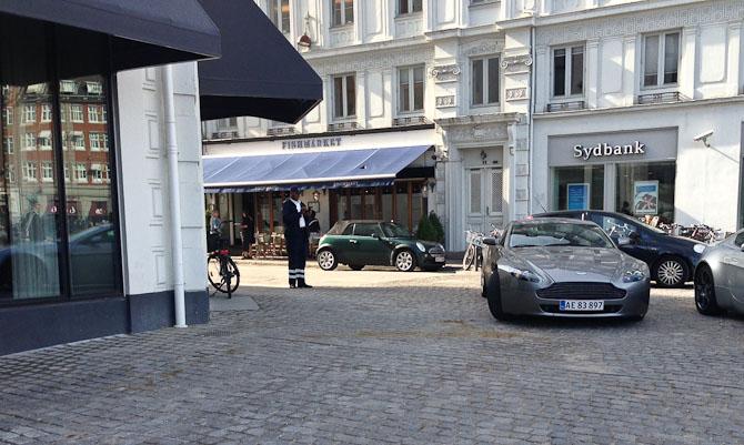Jeg spottede en flot Aston - og en mand, der samler på nummerplader