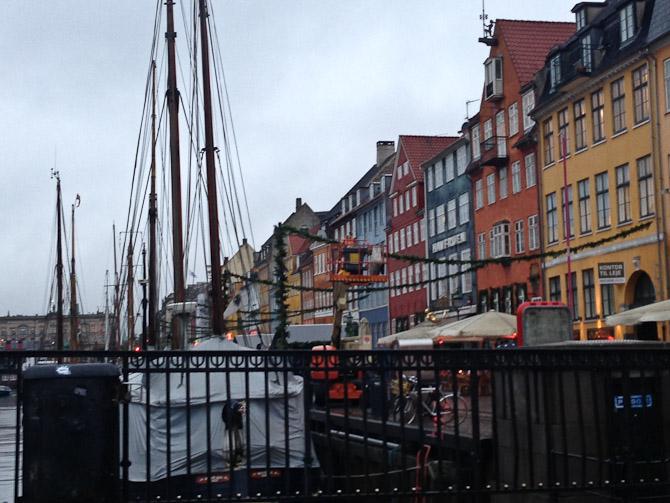 Omend det er gråt, så er der pyntet op til jul i Nyhavn