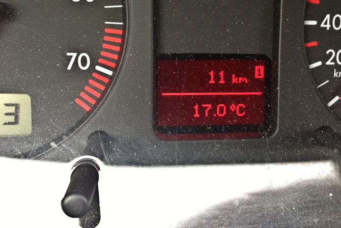 Og bilen har sørme også elektronisk trip-tæller. Og termometer.