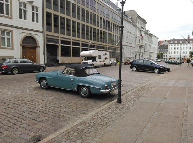 En ældre Mercedes blev observeret