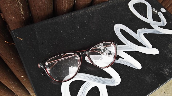 Læsebrille. Spottet på en el-boks nær femvejen