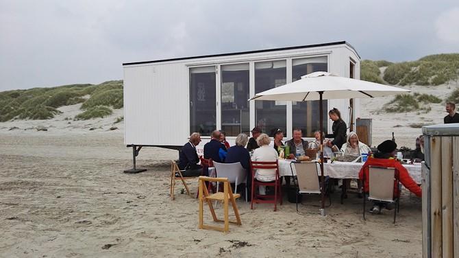 Har du ikke en strandhytte i Blokhus, kan du jo bare leje en. Der er garanteret havudsigt og læ. Det er sgu smart!