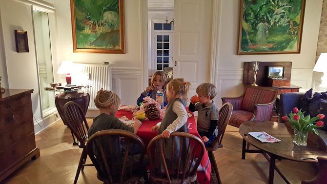 De små kom til bords