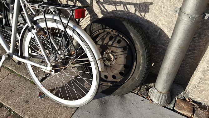"""""""Hvor pokker skal jeg stille mit reservehjul....? Ah, ja..."""""""