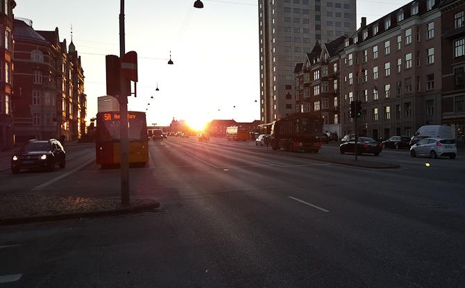 Solen kneb sig liver over broen