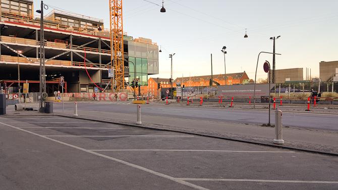 """""""Med den store mængde el-biler i gadebilledet, ser vi os nødsaget til at inddrage syv parkeringspladser..."""""""