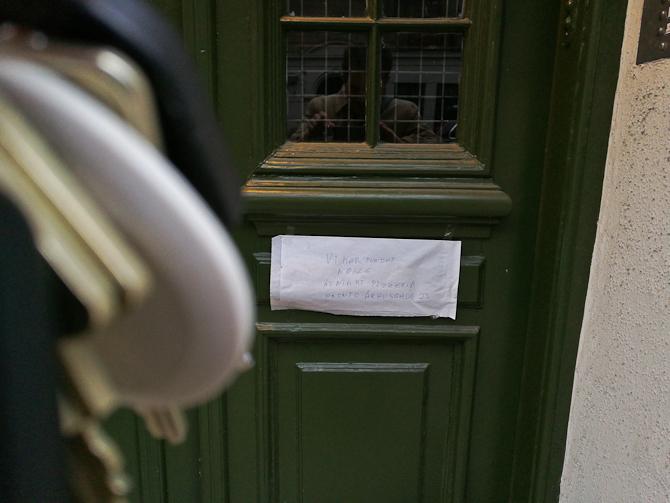 Her hænger en venligs seddel fra et pizzaria, som havde fundet mine nøgler