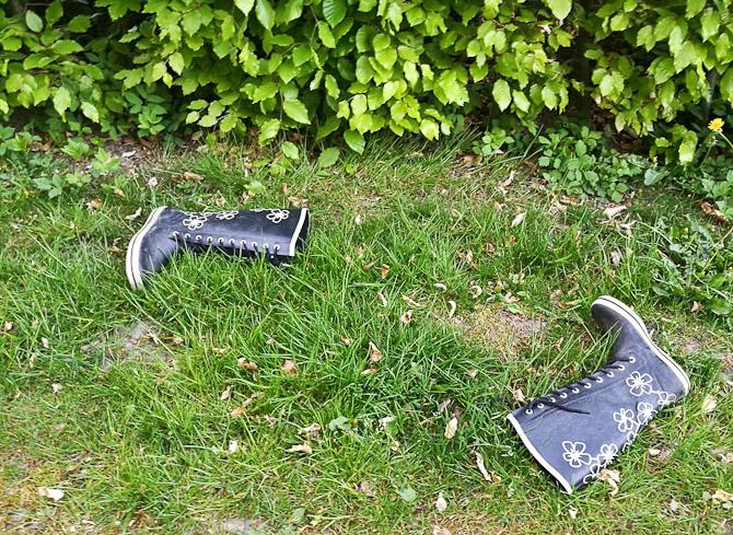 Se lige! Endnu et par støvler var blevet smidt. Jeg ved ikke om, det er en tilfældighed eller noget planlagt